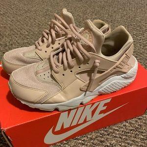Nike Air Hurache in desert sand/ beige